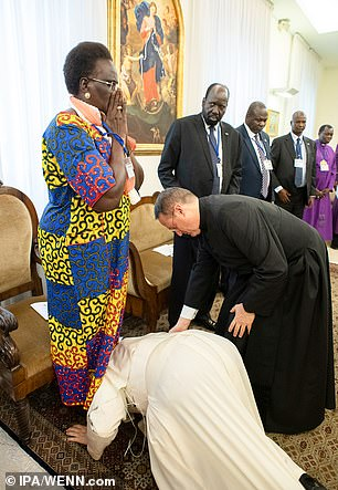 Pope Francis kissing feet of South Sudan woman Vice pres 04_10_2-10 .jpg